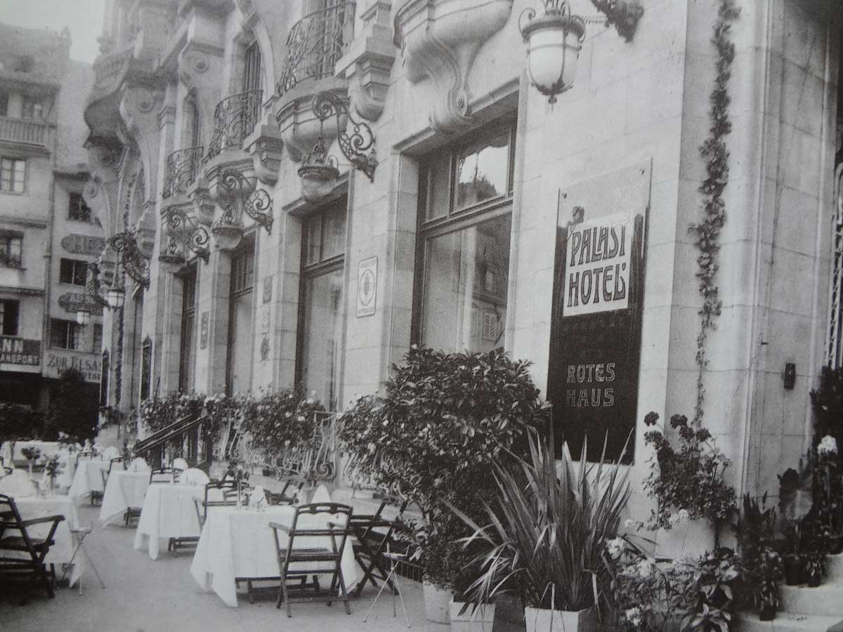 The chic terrace of the Maison Rouge (Jean-Daniel Lohner)