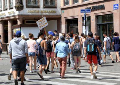 Un Free Tour à l'entrée de la rue des Grandes Arcades de Strasbourg