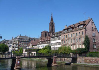Vue sur la passerelle de l'Abreuvoir et la cathédrale de Strasbourg