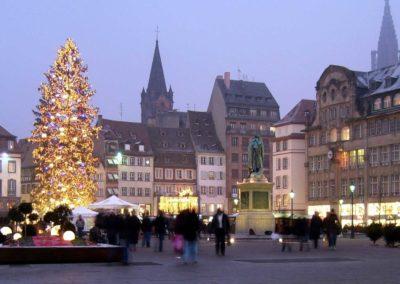 Arbre de Noël - Le grand sapin de Strasbourg illuminé place Kléber au crépuscule