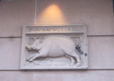 Sculpture dans la rue du Sanglier à Strasbourg