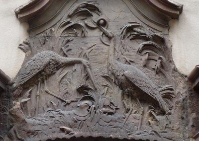 Sculptures de cigognes dans la rue des Orfèvres à Strasbourg