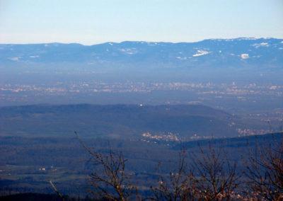 Vue sur Strasbourg et la plaine d'Alsace depuis le sommet du Donon dans les Vosges