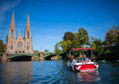 Visite guidée en bateau électrique sur l'Ill en bas de l'église Saint Paul de Strasbourg