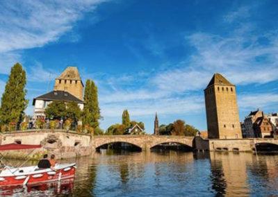 Visite guidée en bateau électrique à Strasbourg aux Ponts Couverts à la Petite France