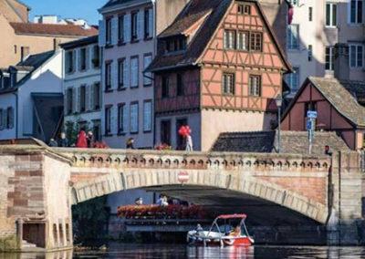 Visite guidée en bateau électrique à Strasbourg sous les Ponts Couverts de la Petite France